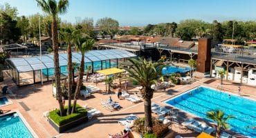 Abri de piscine professionnel: l'équipement indispensable des établissements touristiques