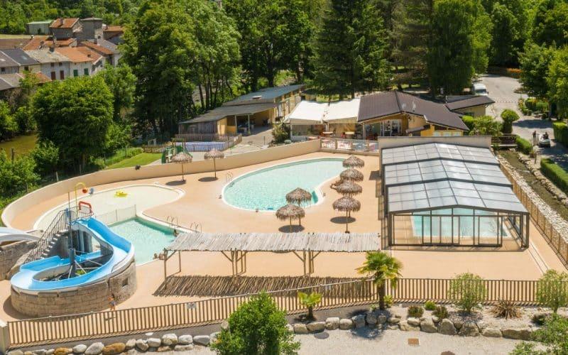 Abri de piscine au Camping Des Grottes